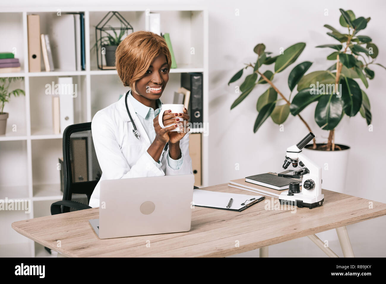 African American Scientist holding attrayant avec boisson tasse Banque D'Images