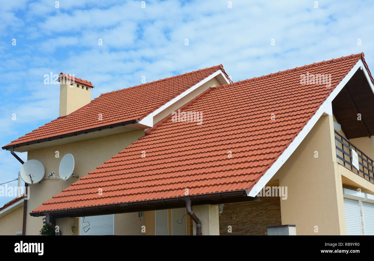 Maison moderne avec cheminée, sol carrelé en terre cuite rouge et ...