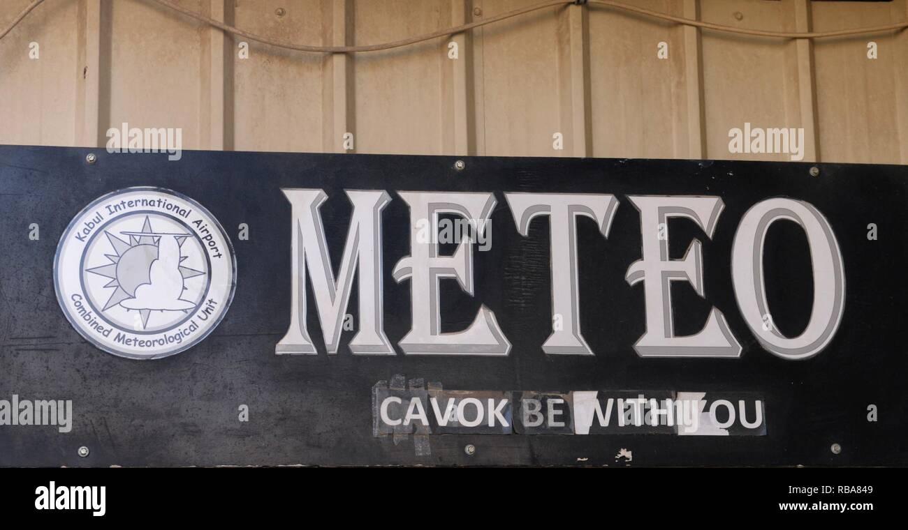 """Un signe marque l'entrée du bureau de météorologie de l'OTAN à l'Aéroport International d'Hamid Karzai à Kaboul, Afghanistan, 1 janvier, 2017. Le terme """"CAVOK"""" est un acronyme de météorologie qui fait référence à """"plafond et visibilité OK."""" (l'OTAN Banque D'Images"""