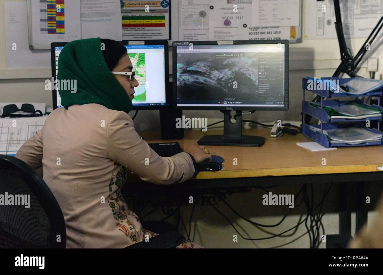 Sadaat Zuhra, météorologue, mans son nouveau poste de travail dans le bureau de météorologie de l'OTAN à l'Aéroport International d'Hamid Karzai à Kaboul, Afghanistan, 1 janvier, 2017. (L'OTAN Banque D'Images