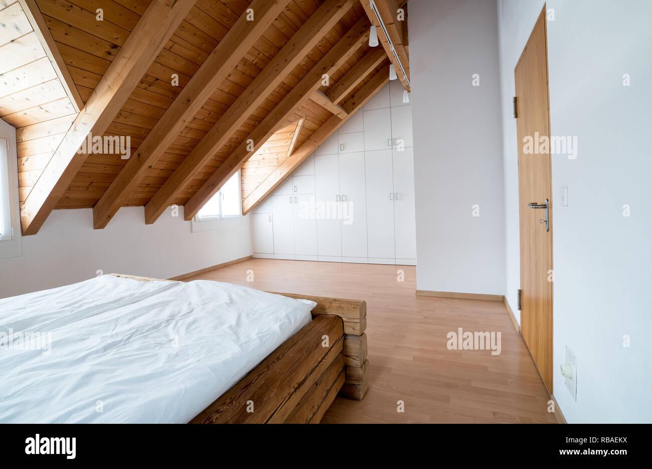 Lumière vive simple moderne, chambre de maître avec sol en parquet ...