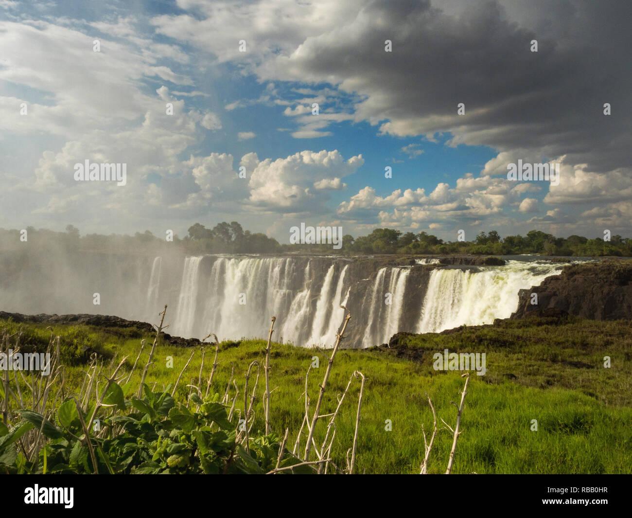 Victoria Falls est une chute d'eau en Afrique australe sur le fleuve Zambèze à la frontière de la Zambie et Zimbabwe. Banque D'Images