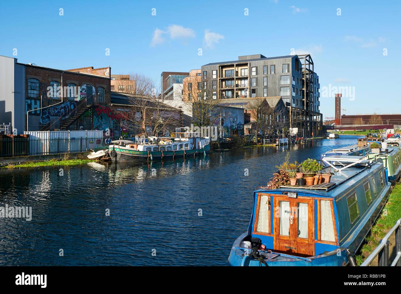 Des entrepôts et des appartements le long de la rivière Lea près de Hackney Wick, East London, UK Photo Stock