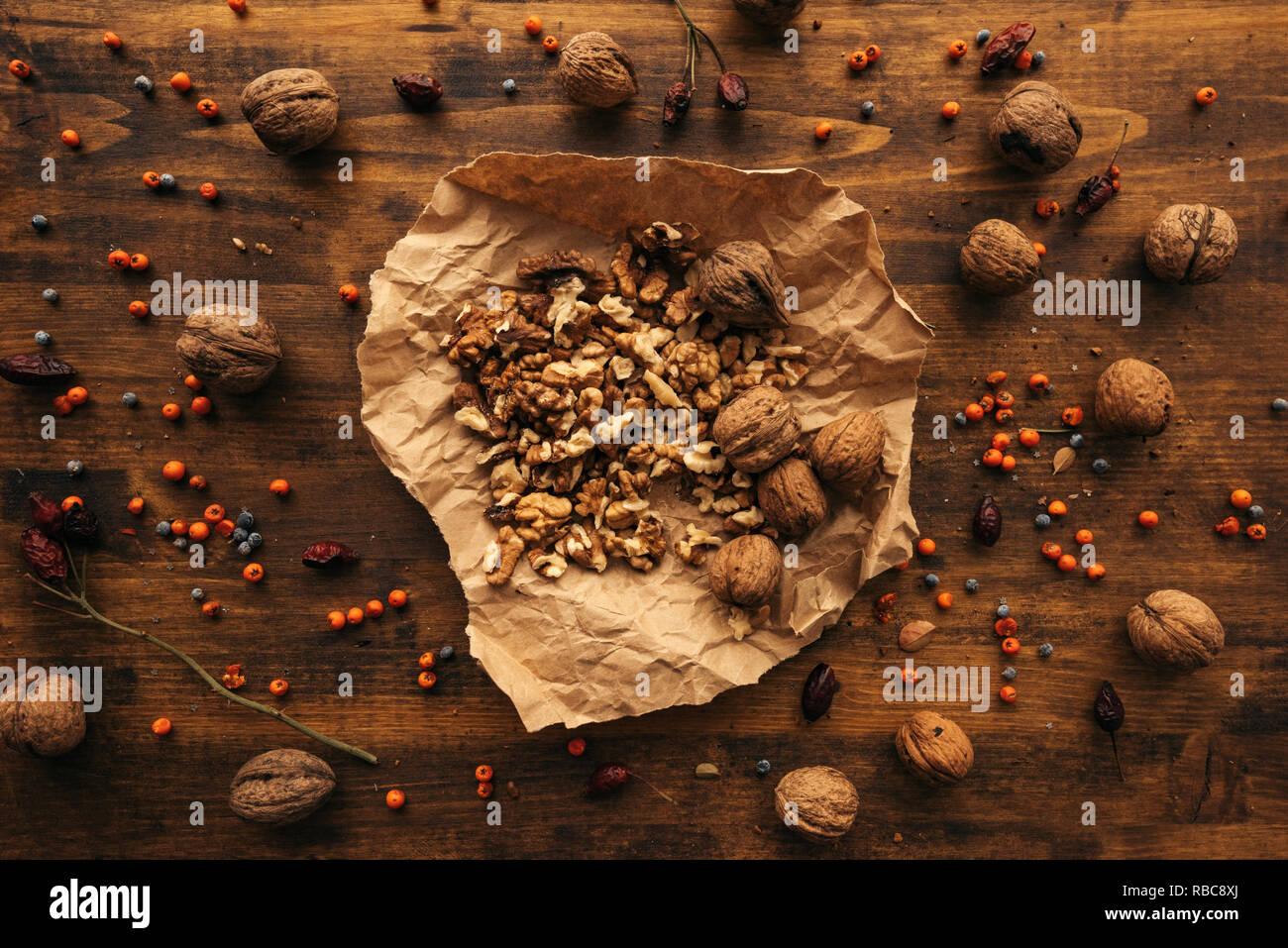Fruits mûrs noyer sur table, vue de dessus des aliments sains antioxydants Photo Stock