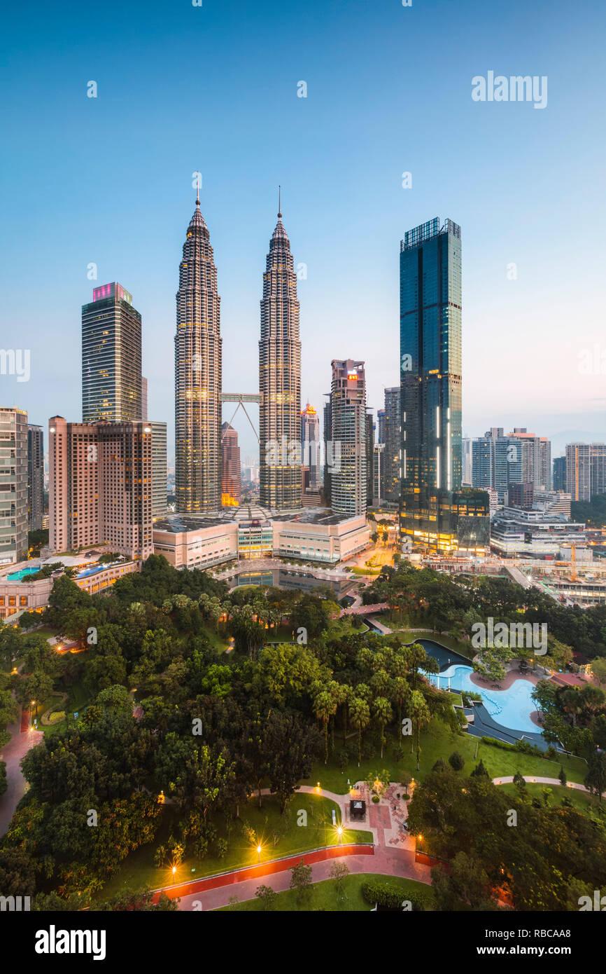 Avec les toits et les tours Petronas KLCC, Kuala Lumpur, Malaisie Banque D'Images