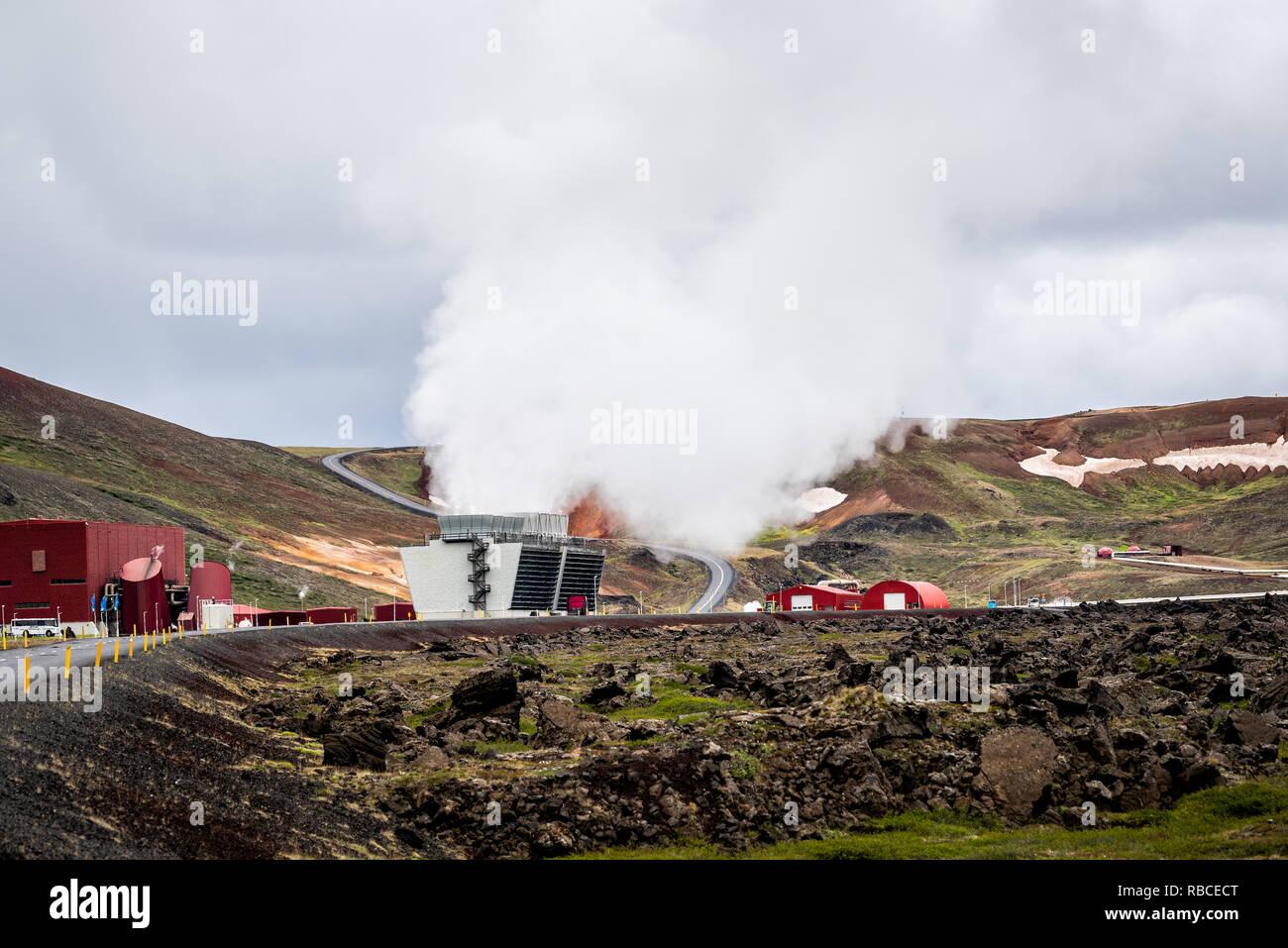 Krafla, Islande - 16 juin 2018: Kroflustod Power Station près de volcan et lac Myvatn en utilisant l'énergie géothermique avec road et tuyaux Photo Stock