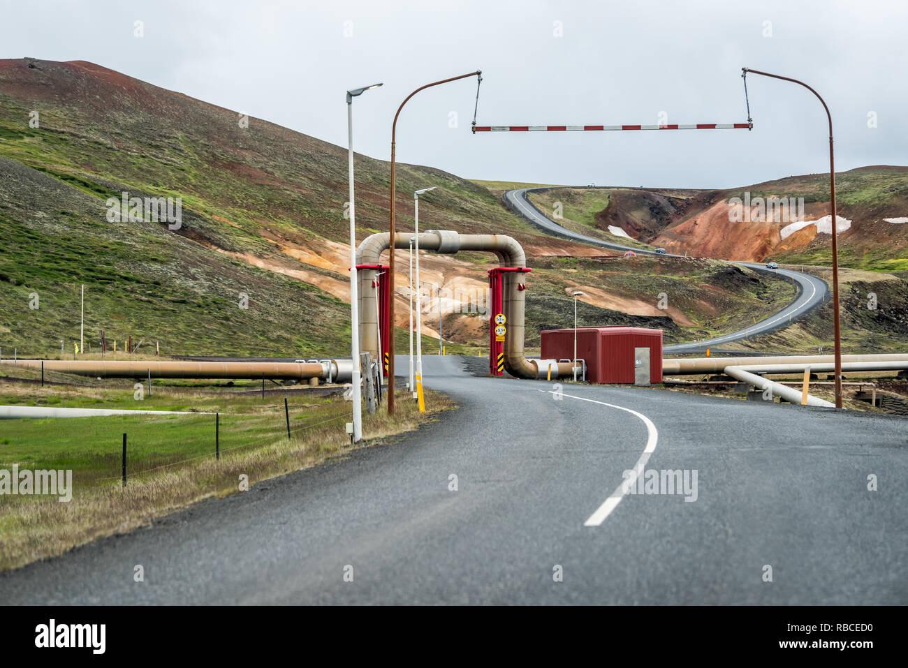 Krafla, Islande - 16 juin 2018: Kroflustod Power Station près de volcan et lac Myvatn en utilisant l'énergie géothermique avec route asphaltée et tuyaux Photo Stock