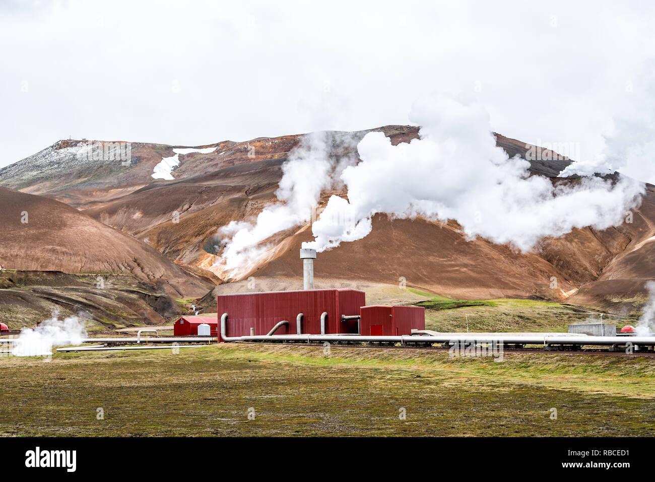 Islande Krafla, Kroflustod Power Station près de volcan et lac Myvatn en utilisant l'énergie géothermique avec la vapeur d'un bain à vapeur et des tuyaux Photo Stock