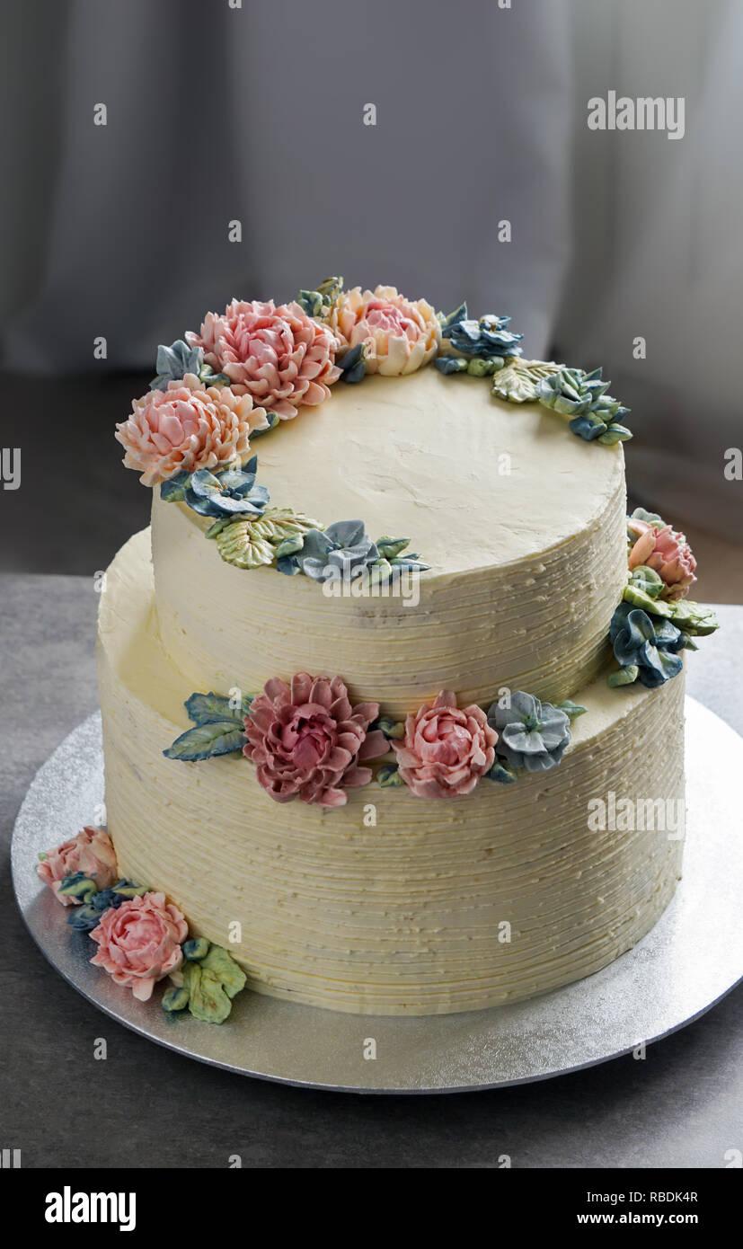 Grand Gateau De Mariage Decoree Avec Des Fleurs Sur Le
