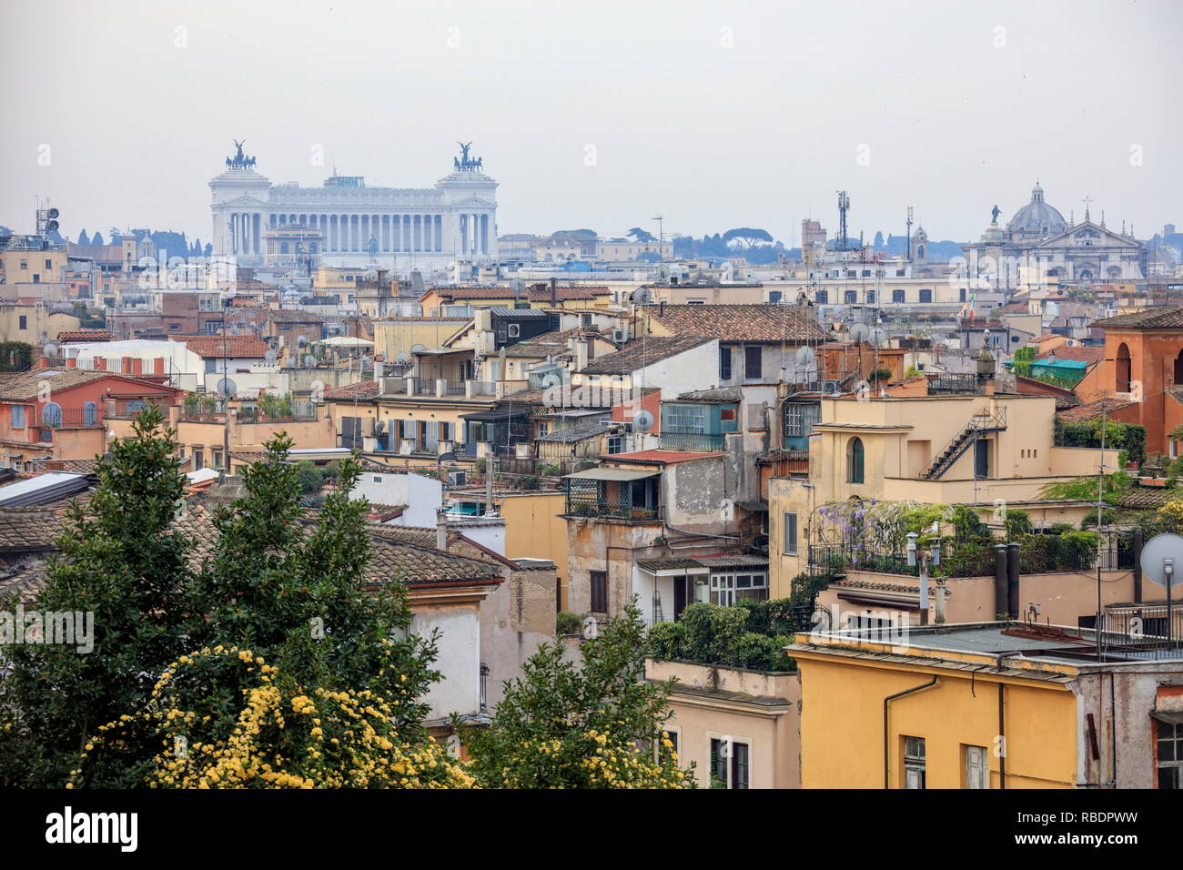 Une vue sur la ville en direction de Basilica di San Pietro et Vittoriano à partir d'une terrasse du Pincio Rome Lazio Italie Europe Photo Stock