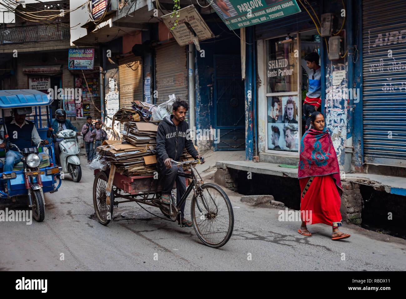 Modes de transport dans l'animation de Madanpur Khadar Village, New Delhi: Cycle rickshaw, e-rickshaw et un piéton Photo Stock
