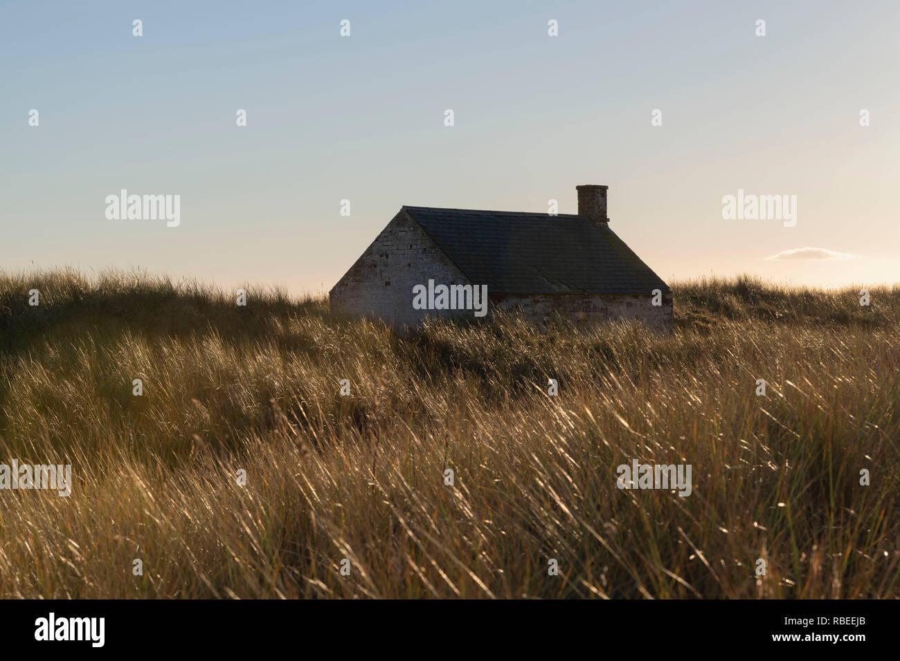Un Fisherman's Bothy abandonnés dans les dunes derrière la plage de St Cyrus dans l'Aberdeenshire, Ecosse Photo Stock