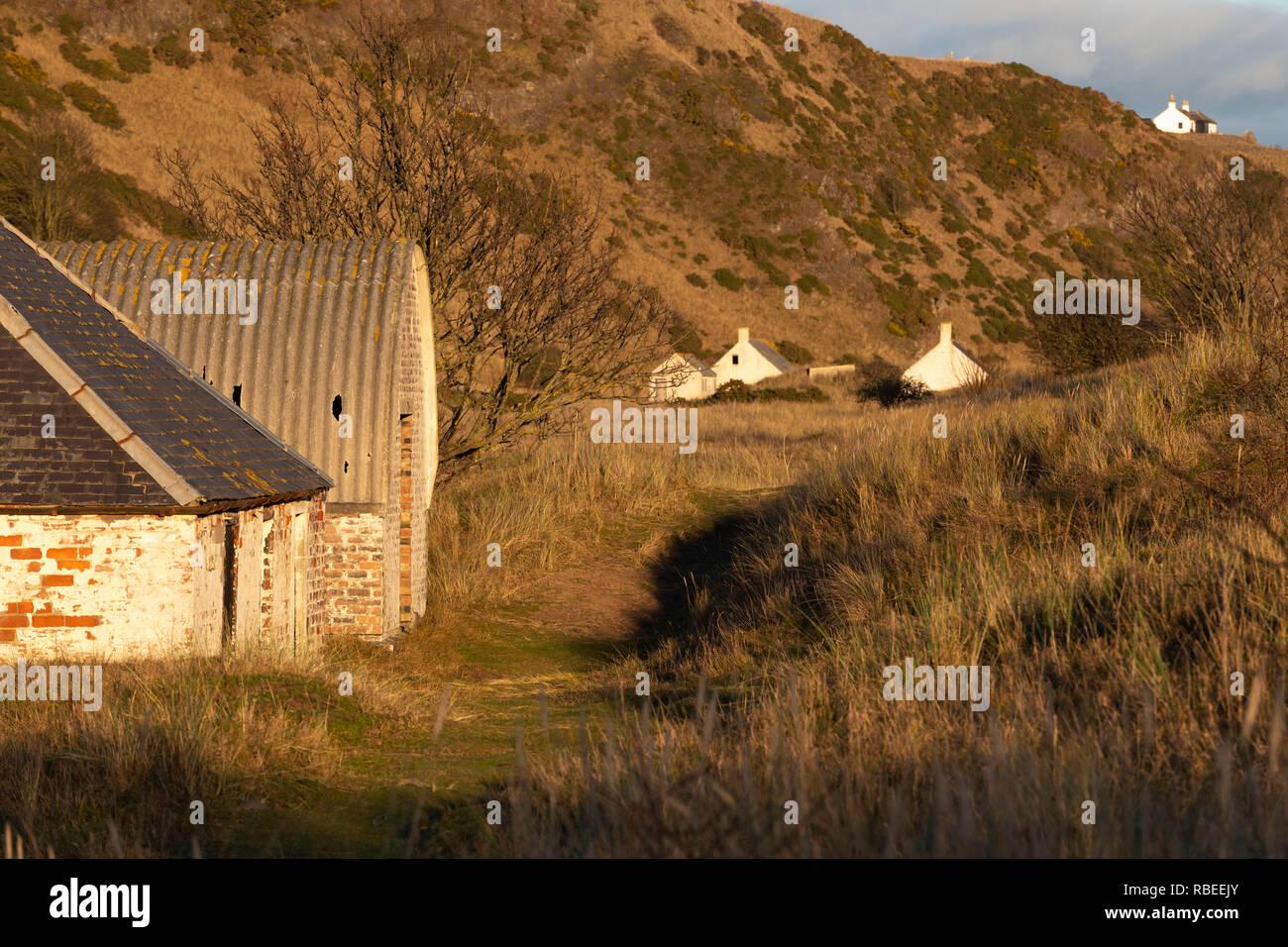 """De Pêche abandonnés Bothies"""" derrière les dunes de la réserve naturelle nationale de St Cyrus dans l'Aberdeenshire. Photo Stock"""