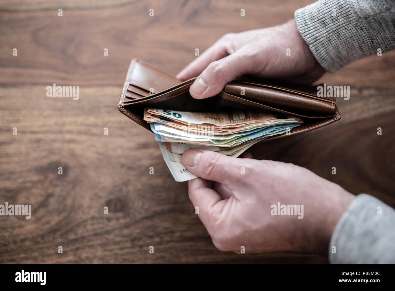 Personne comptant pile de papier l'argent dans votre portefeuille Photo Stock