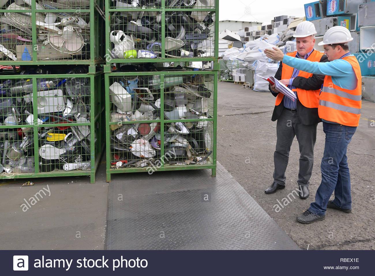 Bucarest, Roumanie - Octobre 2013: les gestionnaires d'une usine de recyclage discuter du plan sur la façon d'organiser les déchets électroniques sur un site de l'usine de recyclage Photo Stock