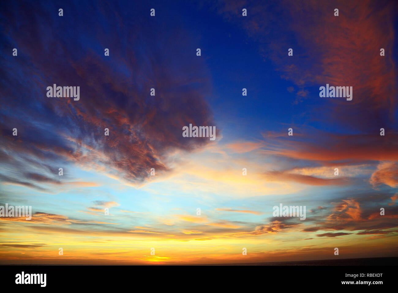 Rose, jaune, bleu, noir, nuage, nuages, après le coucher du soleil, le ciel, le ciel, coloré, formation, formations Photo Stock