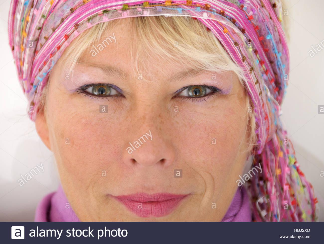 Transmission de natural woman face (pas retouchées) le port du foulard  style bohème. e760859a1b7