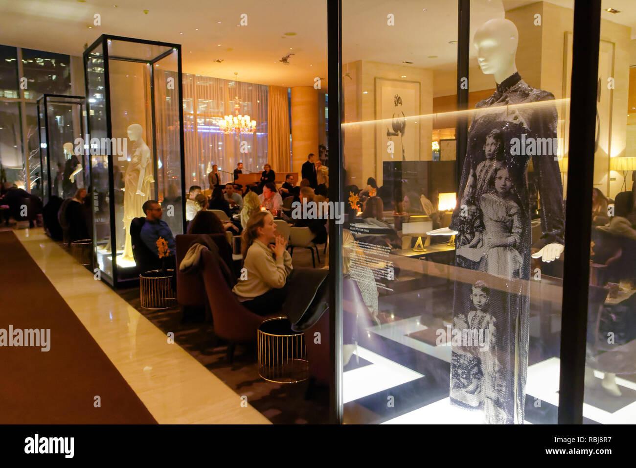 La robe haute couture par Alexander McQueen robe de créateur dans une vitrine à l'intérieur du bar de l'hôtel Shangri La hotel à Toronto, Canada Photo Stock