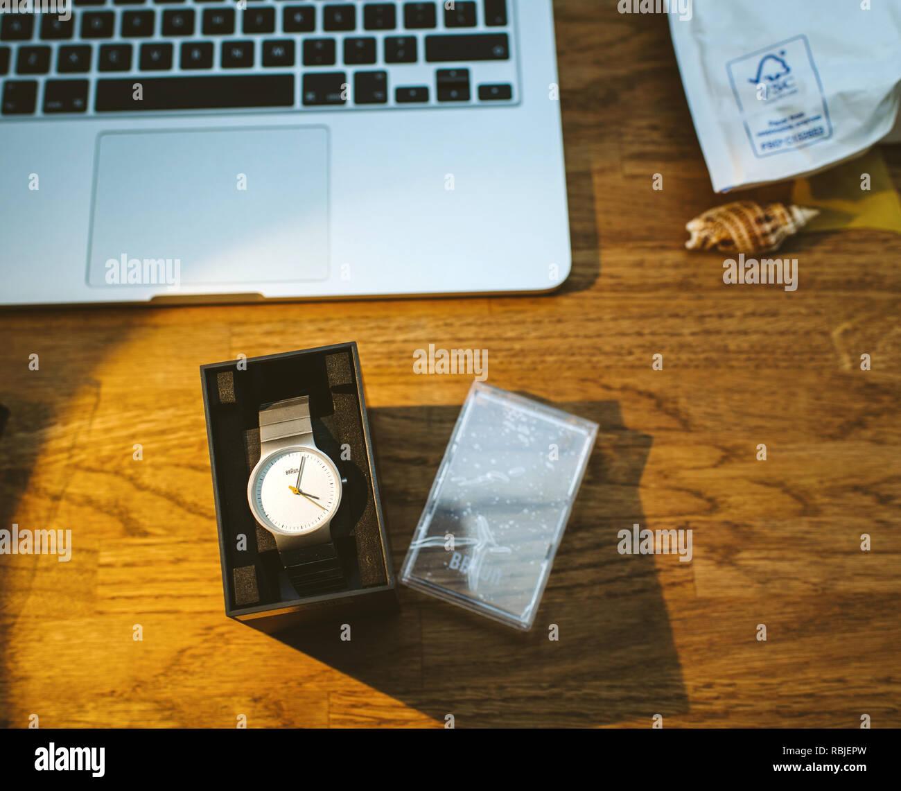 PARIS, FRANCE - Nov 5, 2017: unboxing nouveau Braun German watch réveil sur table de travail avec ordinateur portable Apple MacBook rétine travailler Photo Stock
