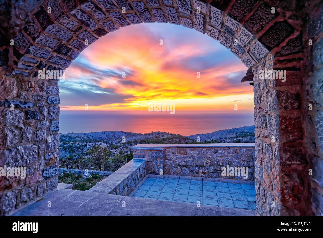 Le coucher de soleil depuis le village de mastic médiévale Avgonyma sur l'île de Chios, Grèce Banque D'Images