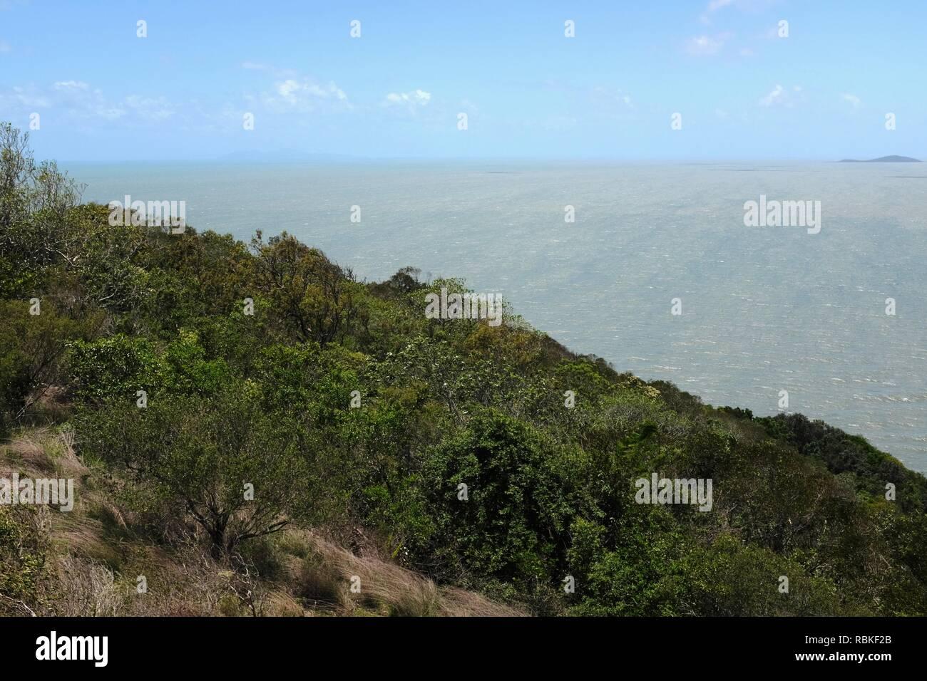 La terre et l'océan le fractionnement de la photo, de la randonnée à travers le parc national de Cape Hillsborough, Queensland, Australie Photo Stock