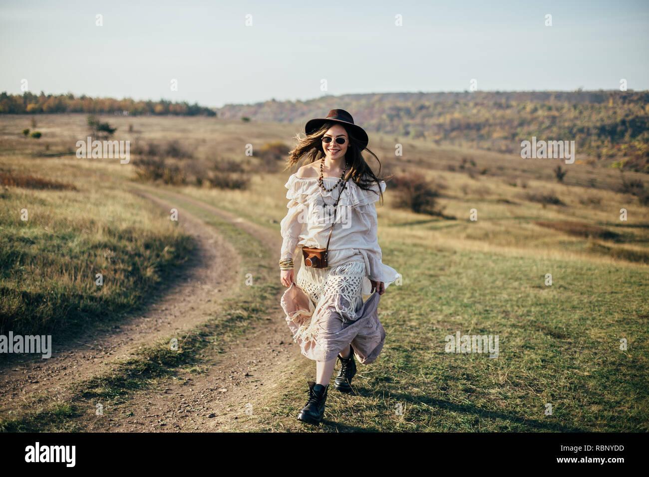 Belle jeune femme boho marche sur la nature. Style de la liberté Photo Stock a36b8949569