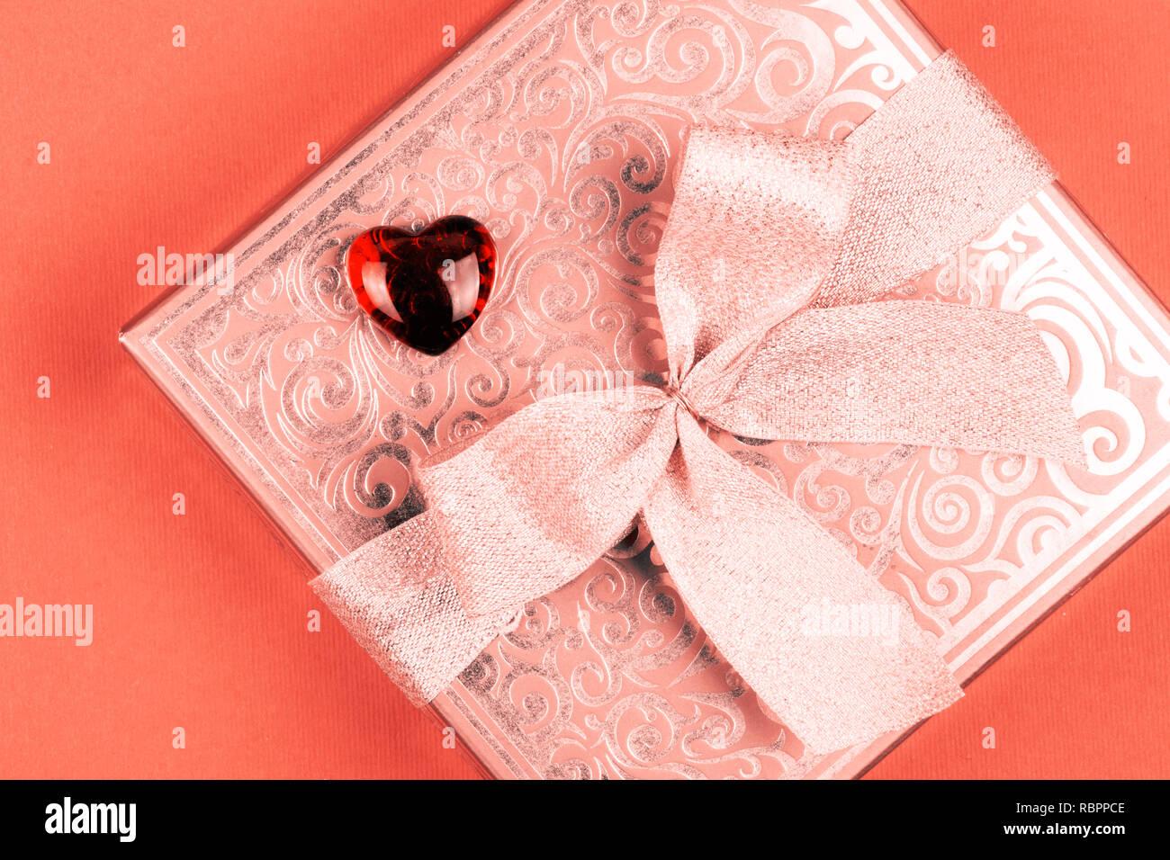 Cadeau ou présent fort avec coeur rouge en couleur de corail vivant pour la Saint-Valentin Photo Stock