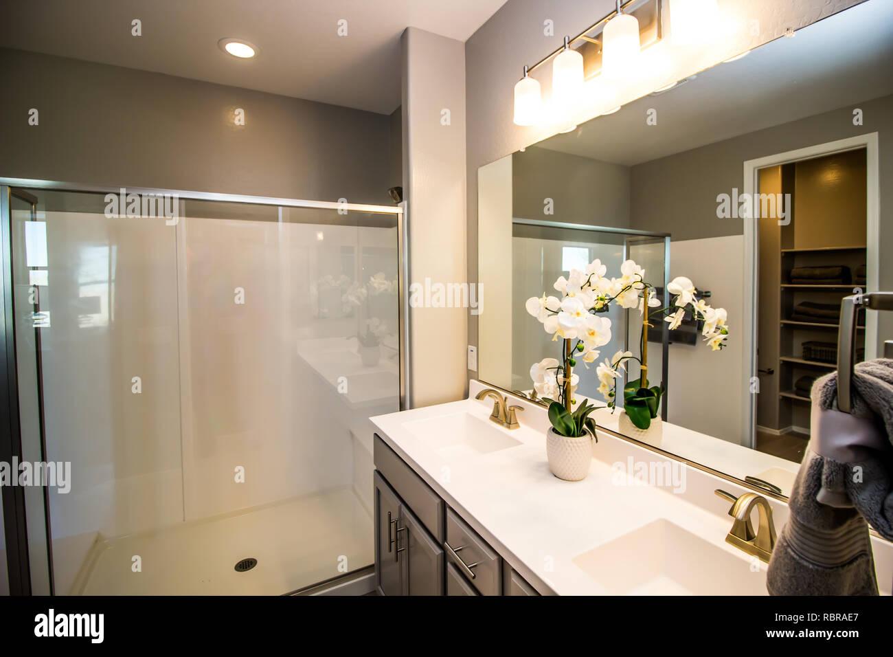 Salle de bains moderne avec cabine de douche et meuble ...