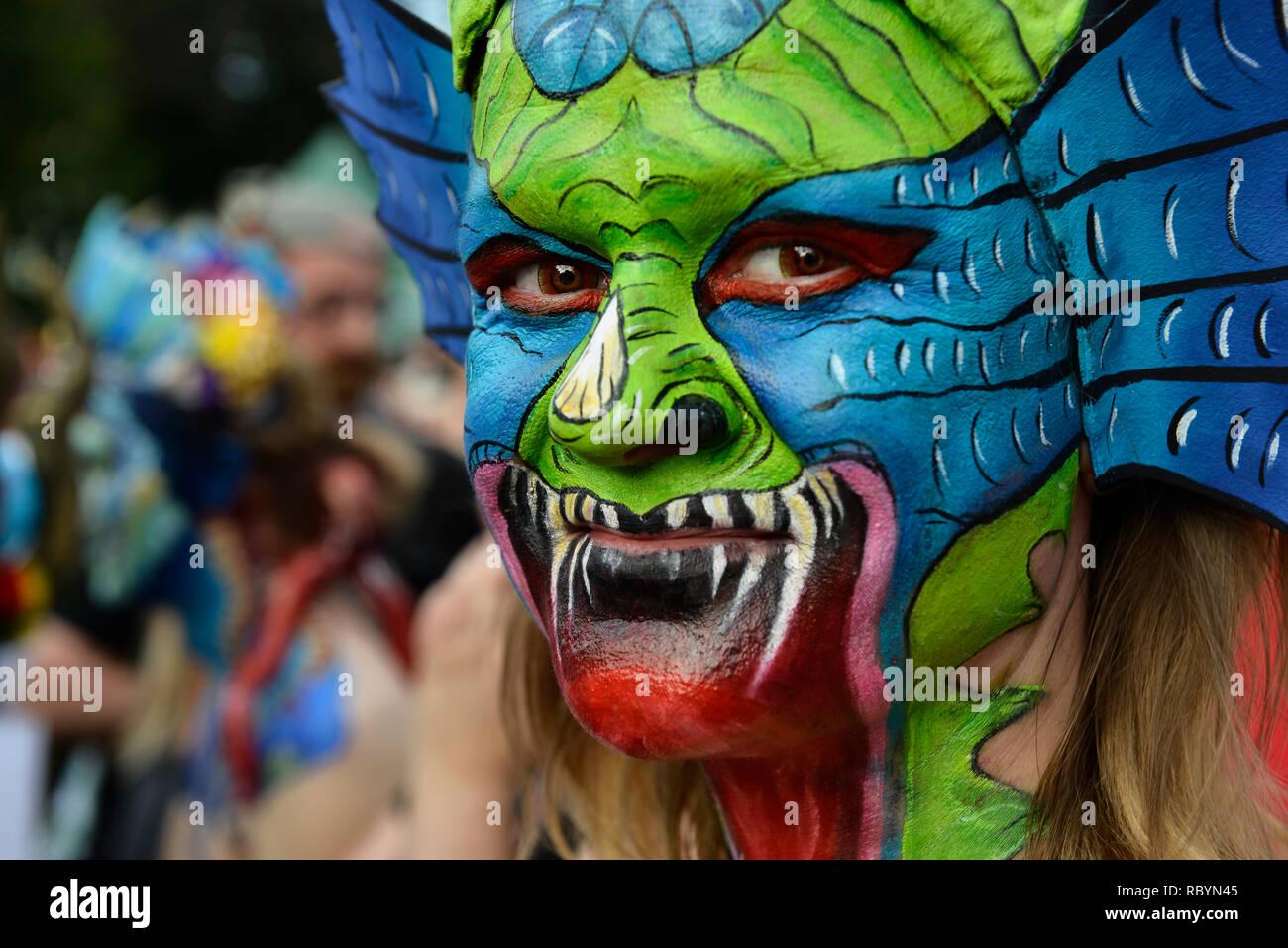 Une femme avec un visage peinture d'un dragon posant au cours de l'organisme art festival à Klagenfurt, Autriche, Europe. Photo Stock