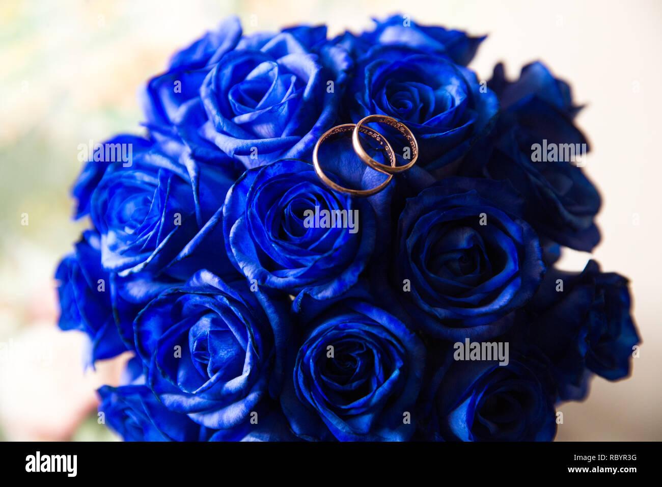 Une Paire De Bagues De Mariage Sur Un Bouquet De Fleurs