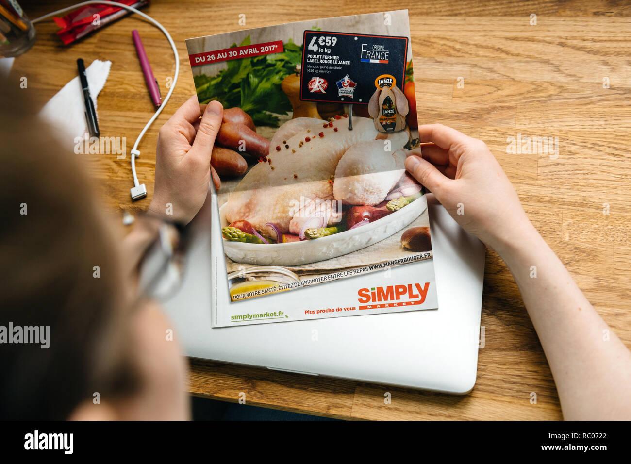 PARIS, FRANCE - Apr 26, 2017: Auchan simplement journal brochure newsletter les prix d'escompte pour l'alimentation, la viande et les boissons Photo Stock