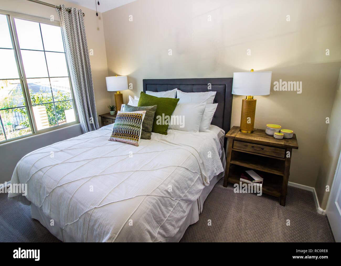 Chambre à coucher moderne avec lit double, lampes de chevet ...