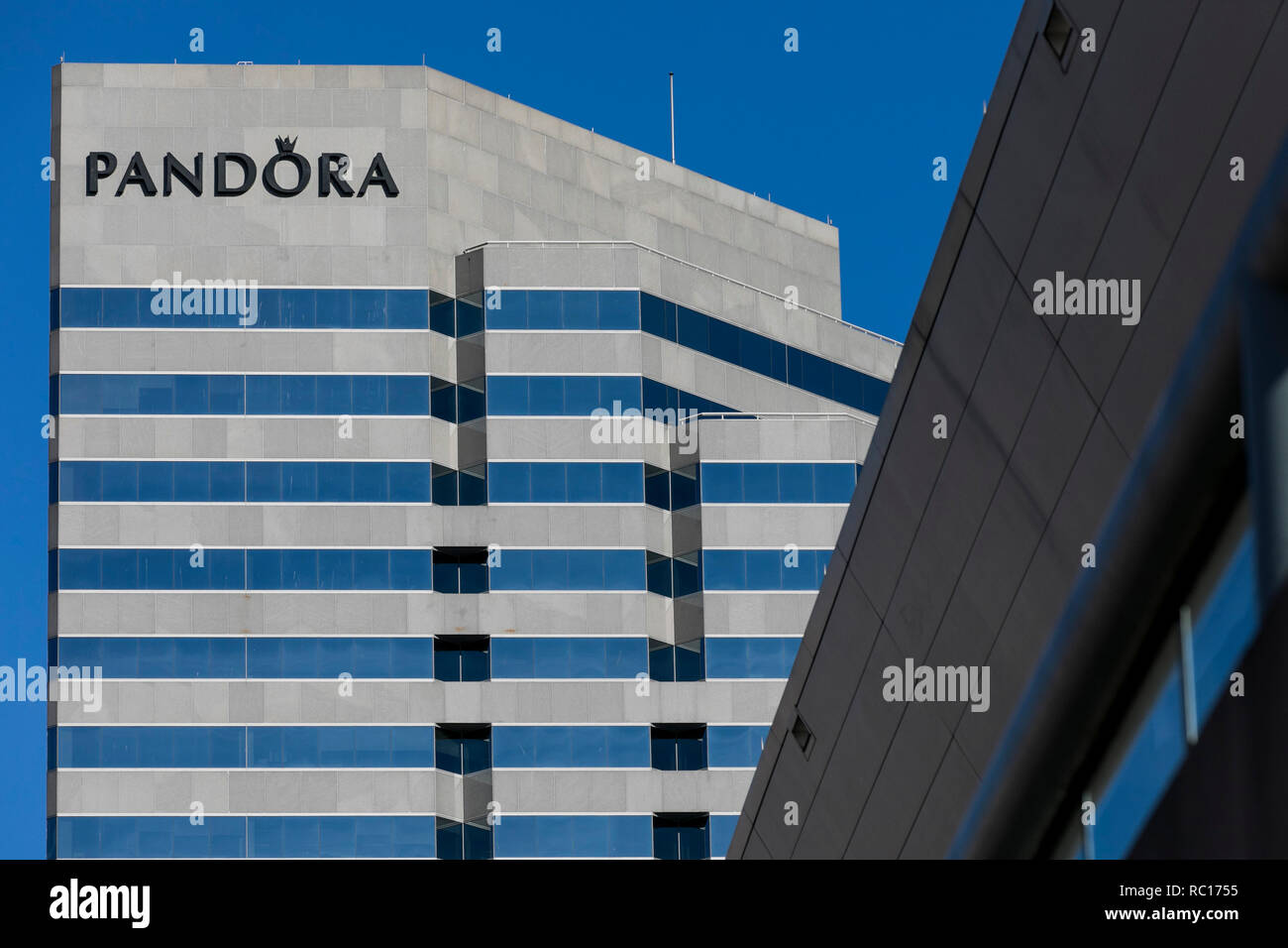 Un logo affiche à l'extérieur d'un établissement occupé par Pandora Jewelry à Baltimore, Maryland le 11 janvier 2019. Photo Stock