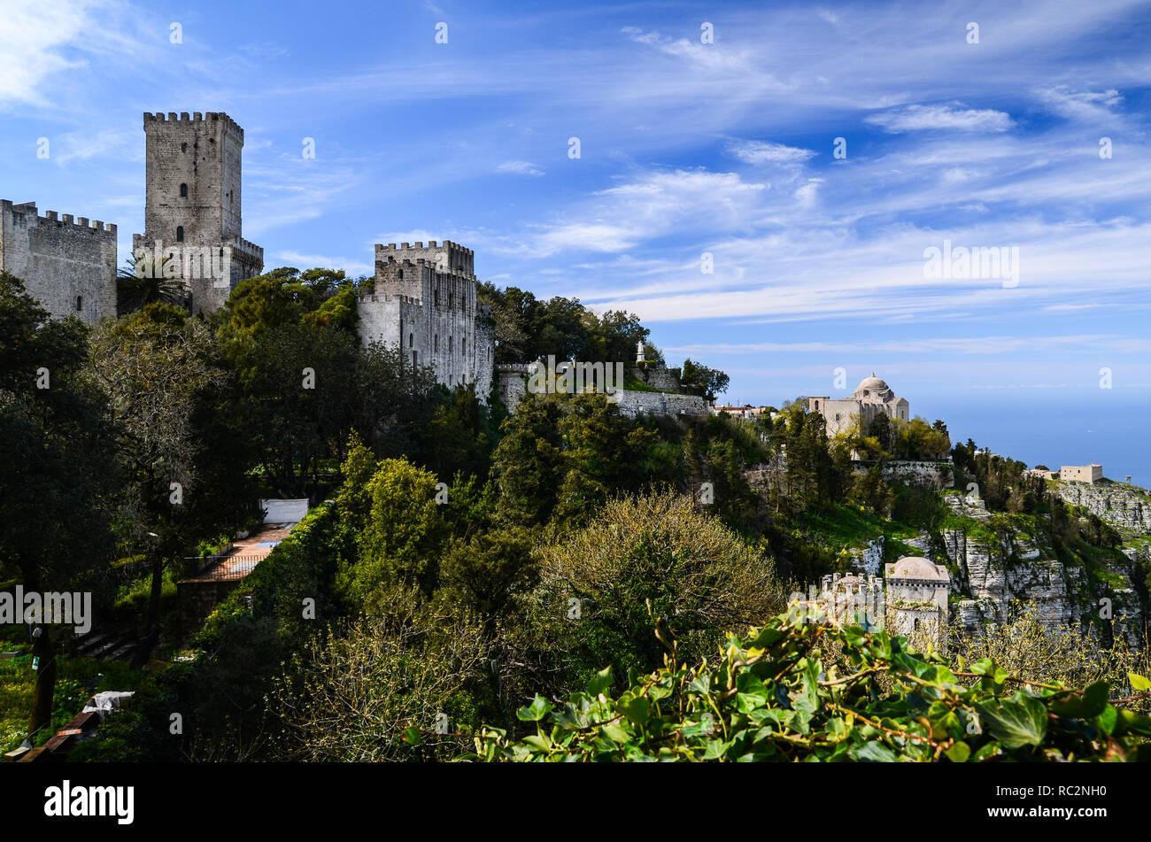 Vue panoramique sur la ville médiévale de Erice avec son château situé au sommet d'une montagne près de Trapani, Sicile, Italie. Banque D'Images