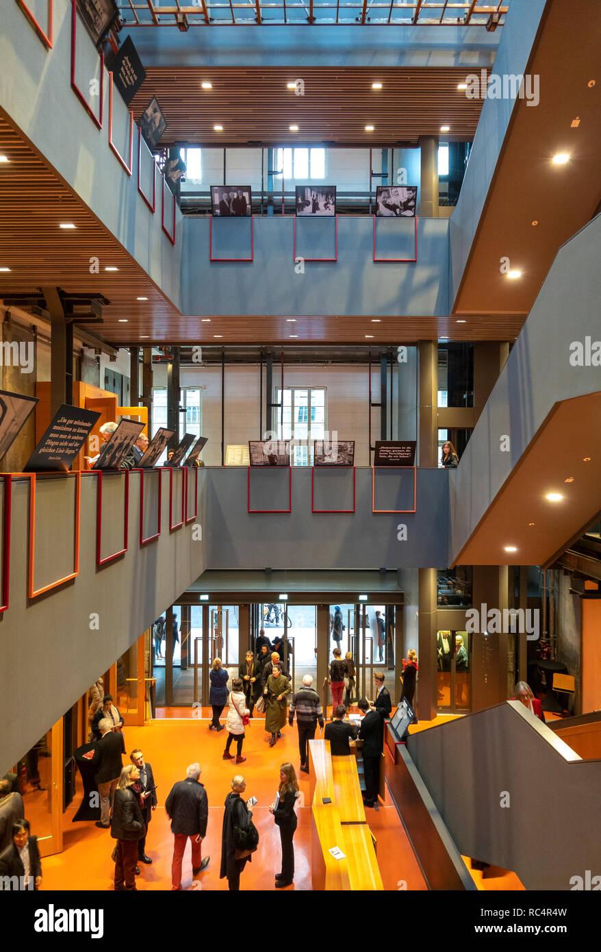 Hall d'entrée et de la Pierre Boulez Saal dans la Barenboim-Said Akademie, Barenboim a déclaré l'Académie Berlin Allemagne. Design by HG Merz. Photo Stock