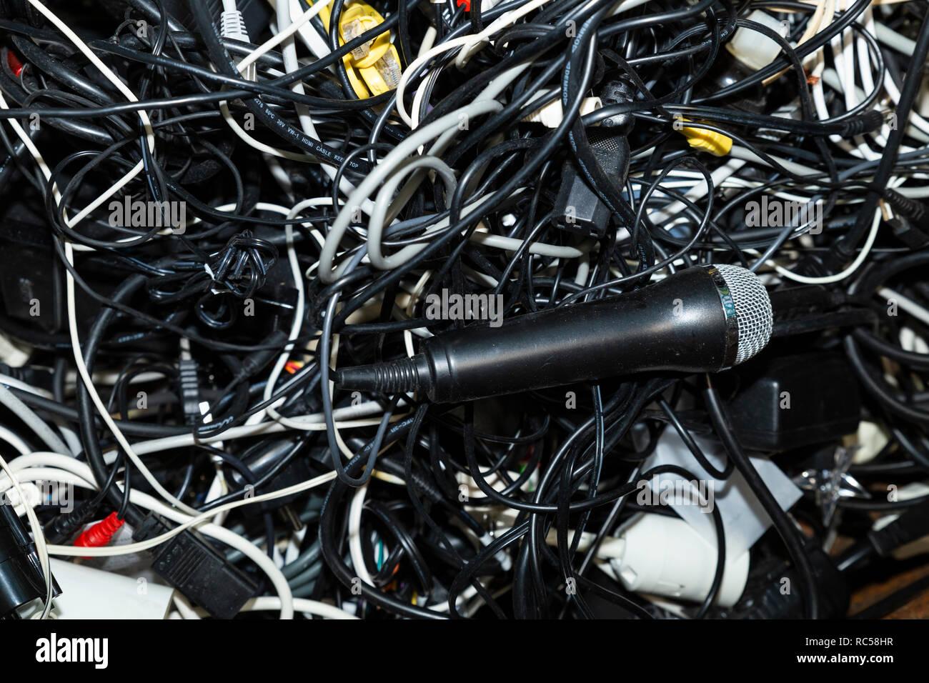 Close-up d'un tas de déchets électroniques intriqués dont un microphone pour recyclage en attente Photo Stock