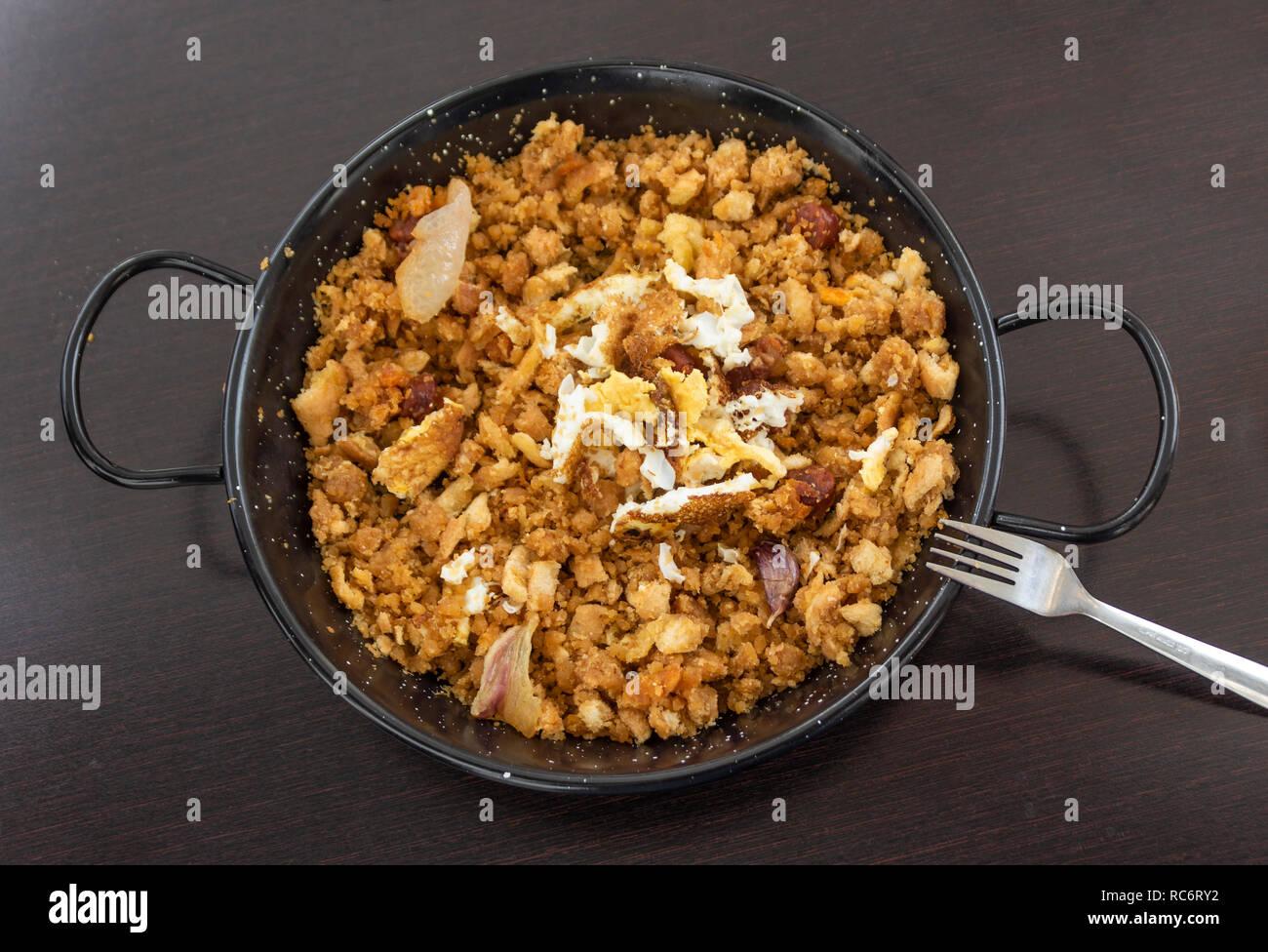 Les Migas, un plat typique espagnol composé de chapelure, bacon, chorizo, l'ail et l'œuf. Photo Stock