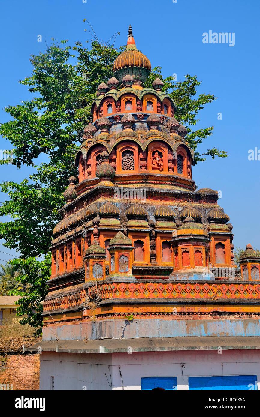 Coloré Shri RAM Mandir, près de Dakshin Kashi Shiv Mandir, Mahuli Sangam, Satara, Maharashtra, Inde Banque D'Images