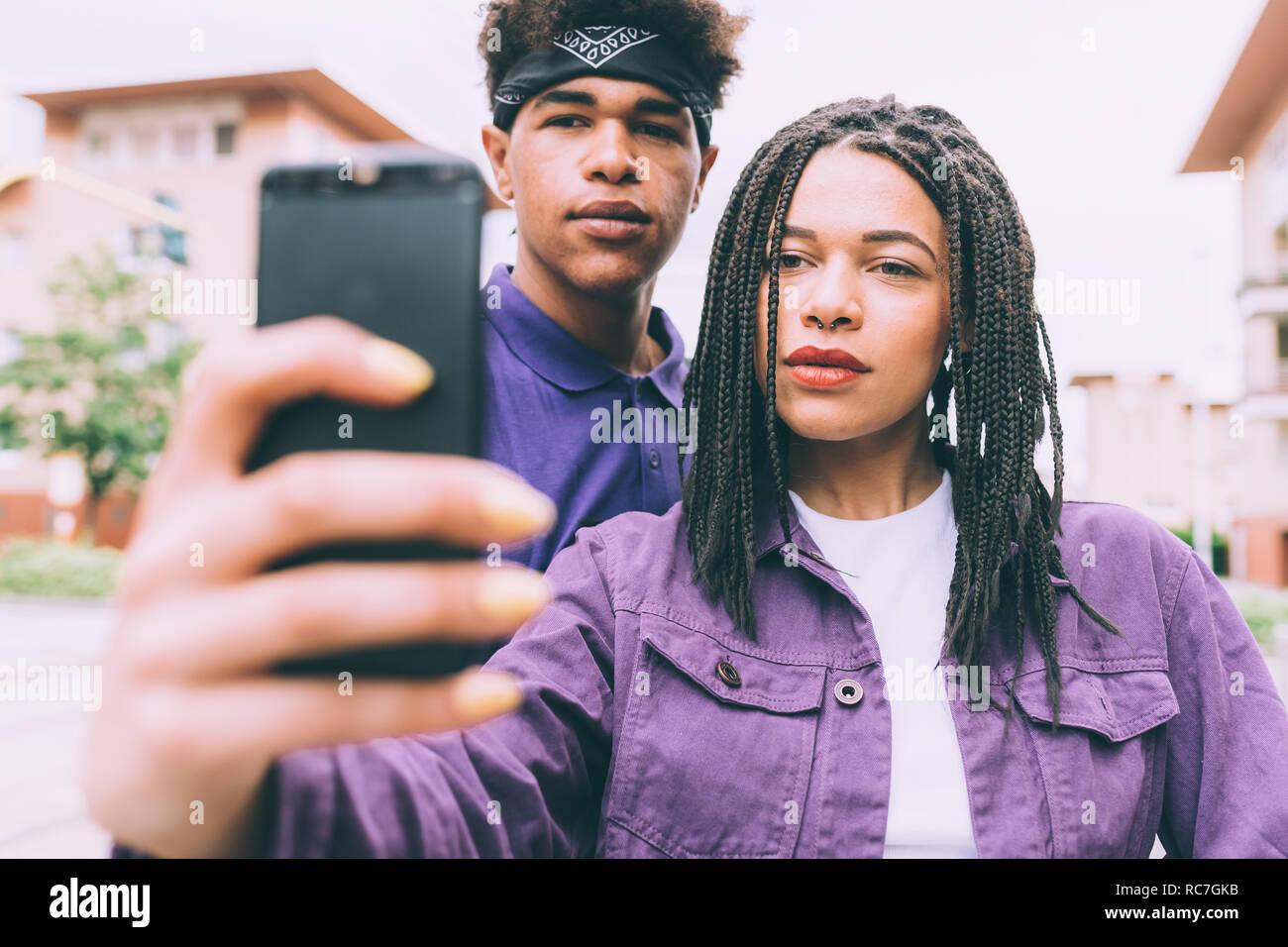 Frère et sœur en tenant selfies Banque D'Images