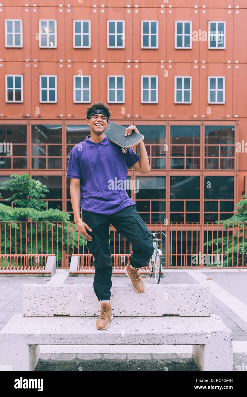 Posant avec la planche à roulettes, Milan, Italie Banque D'Images