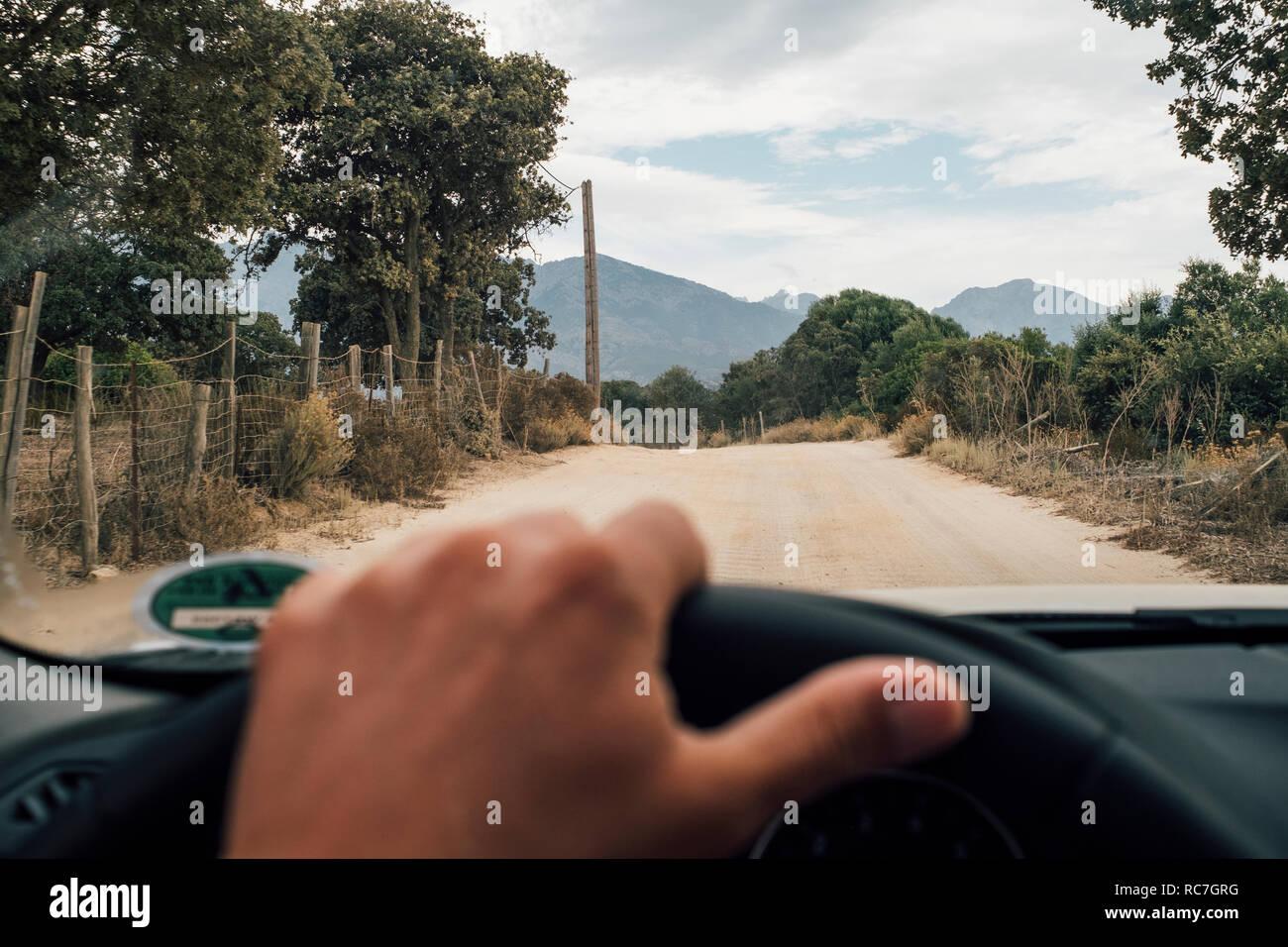 Derrière la roue du pilote de voiture, en route vers l'avant, Calvi, Corse, France Banque D'Images