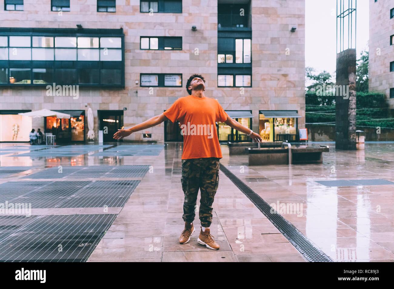 Accueillant l'homme de pluie dans la Vieille-Ville, Milan, Italie Banque D'Images