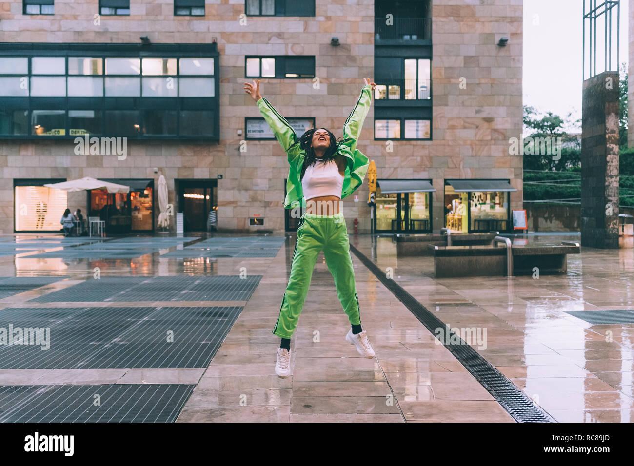 Bienvenue dans la pluie femme place de la ville, Milan, Italie Banque D'Images
