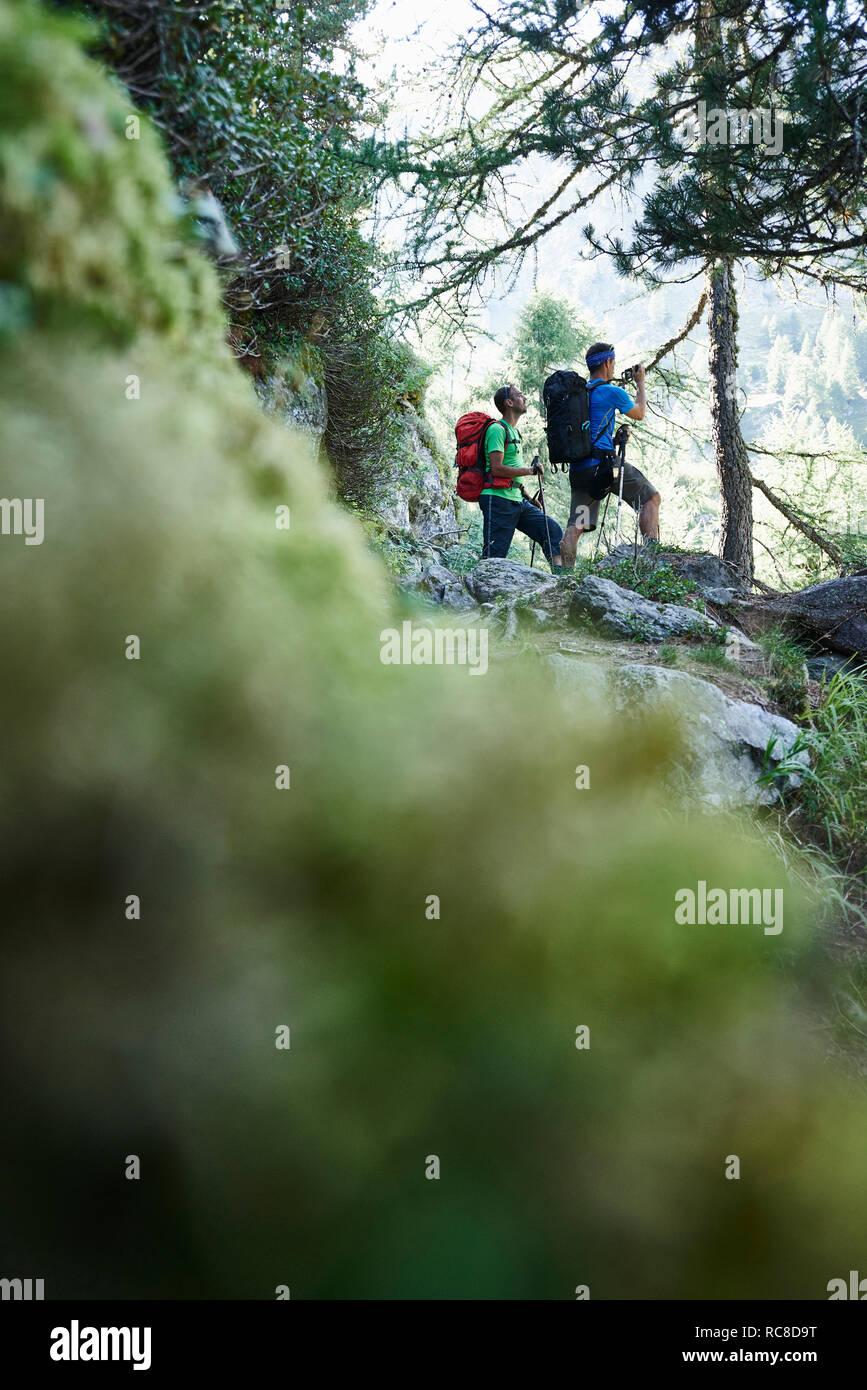 Les randonneurs s'arrêter pour casser, Mont Cervin, Matterhorn, Valais, Suisse Banque D'Images