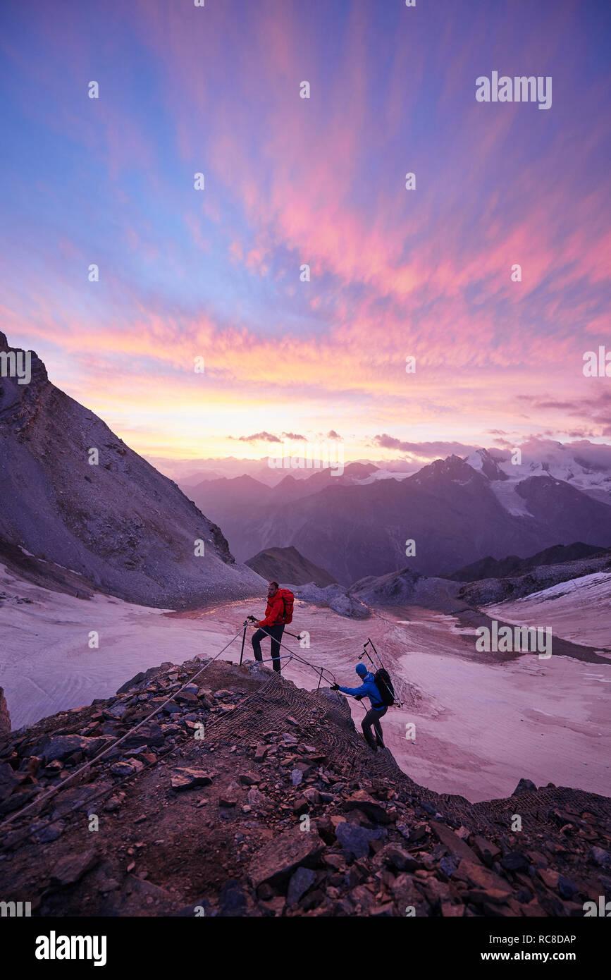 Les randonneurs climbing rock au coucher du soleil, le Mont Cervin, Matterhorn, Valais, Suisse Banque D'Images