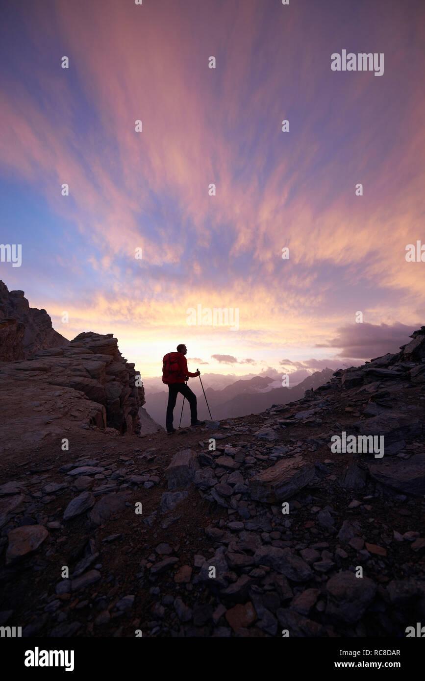 Randonneur admirant le coucher du soleil, le Mont Cervin, Matterhorn, Valais, Suisse Banque D'Images