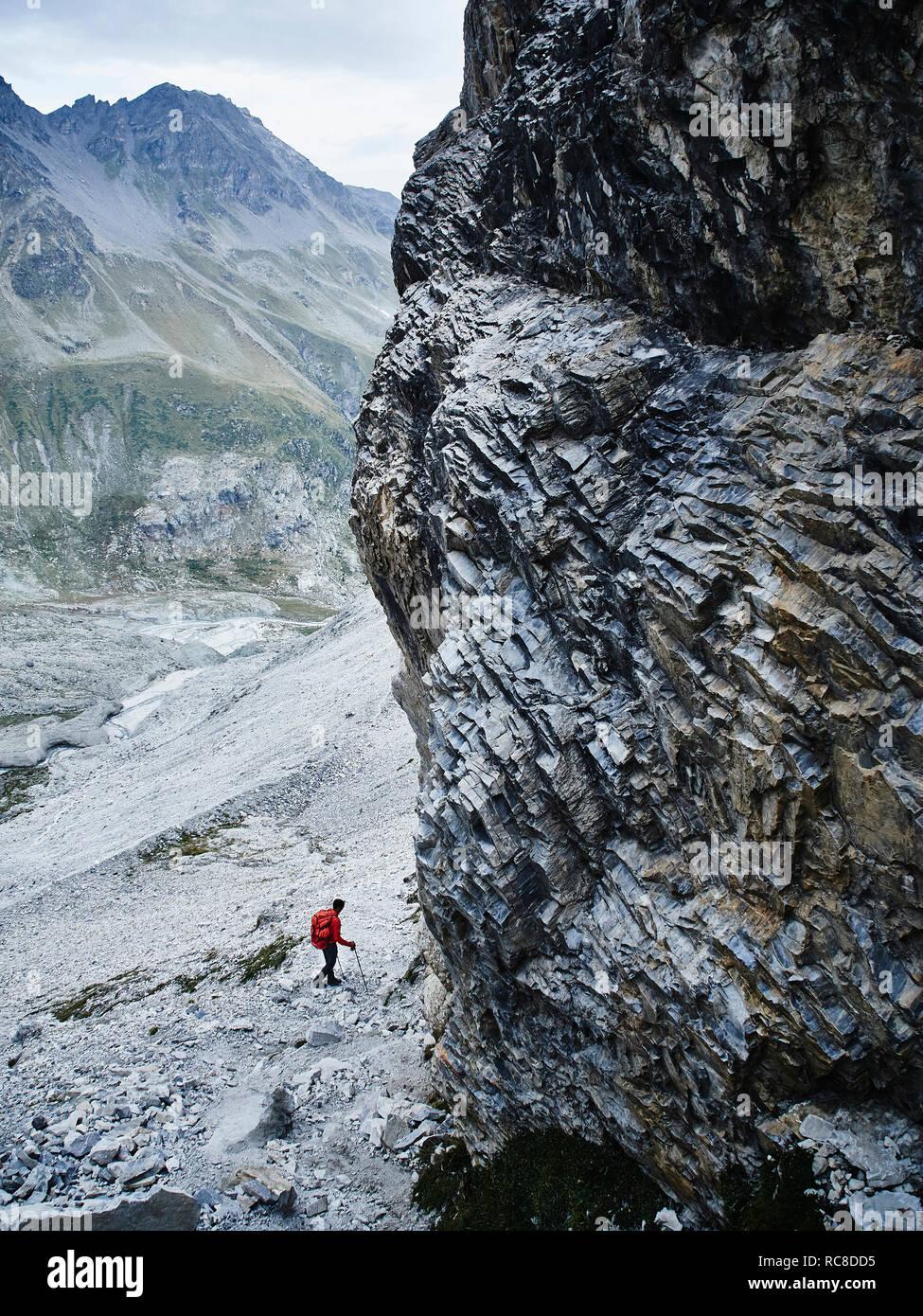 Randonneur traversant les terrains rocheux, le Mont Cervin, Matterhorn, Valais, Suisse Banque D'Images