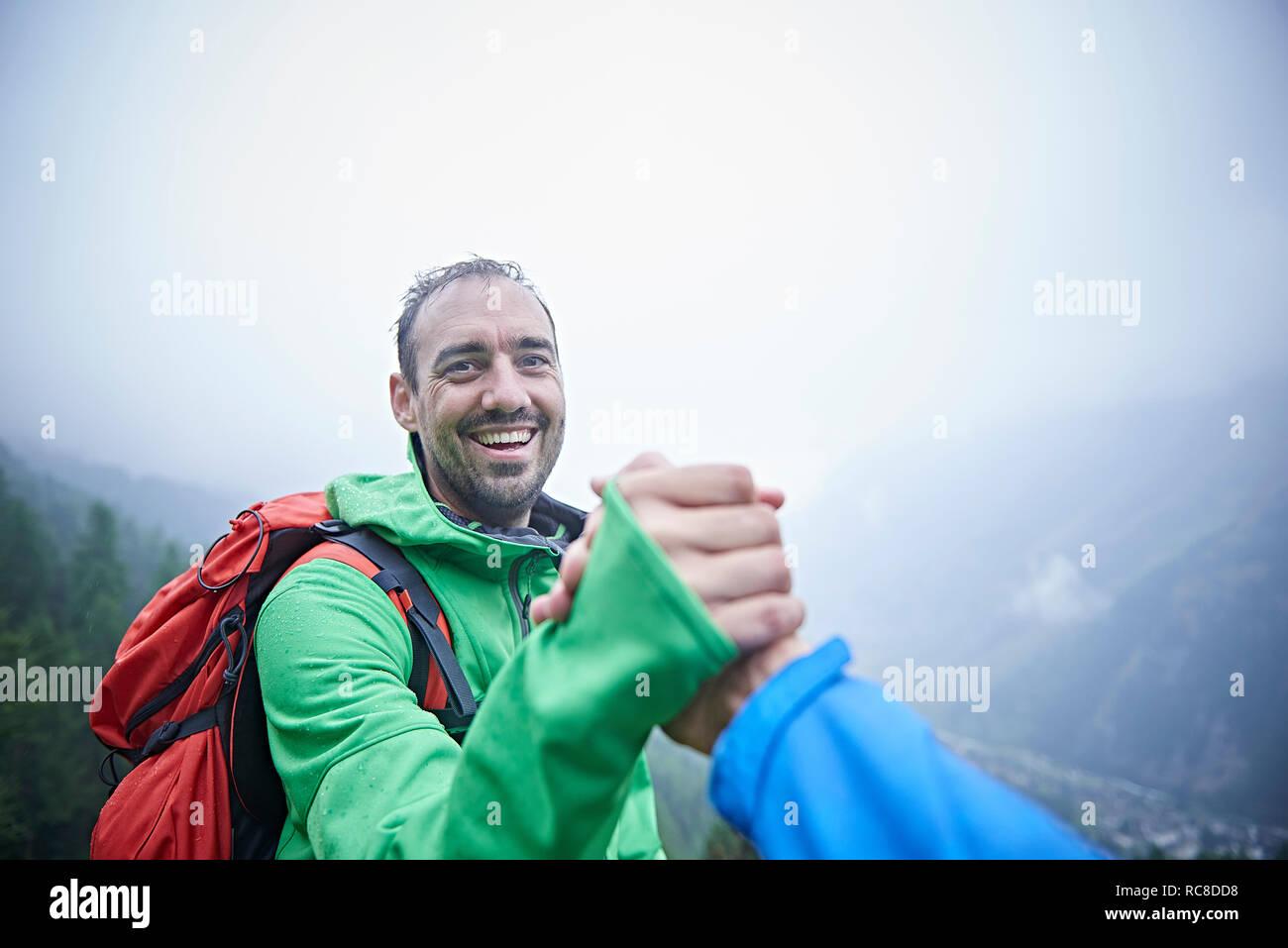 Les randonneurs se félicitant, Mont Cervin, Matterhorn, Valais, Suisse Banque D'Images