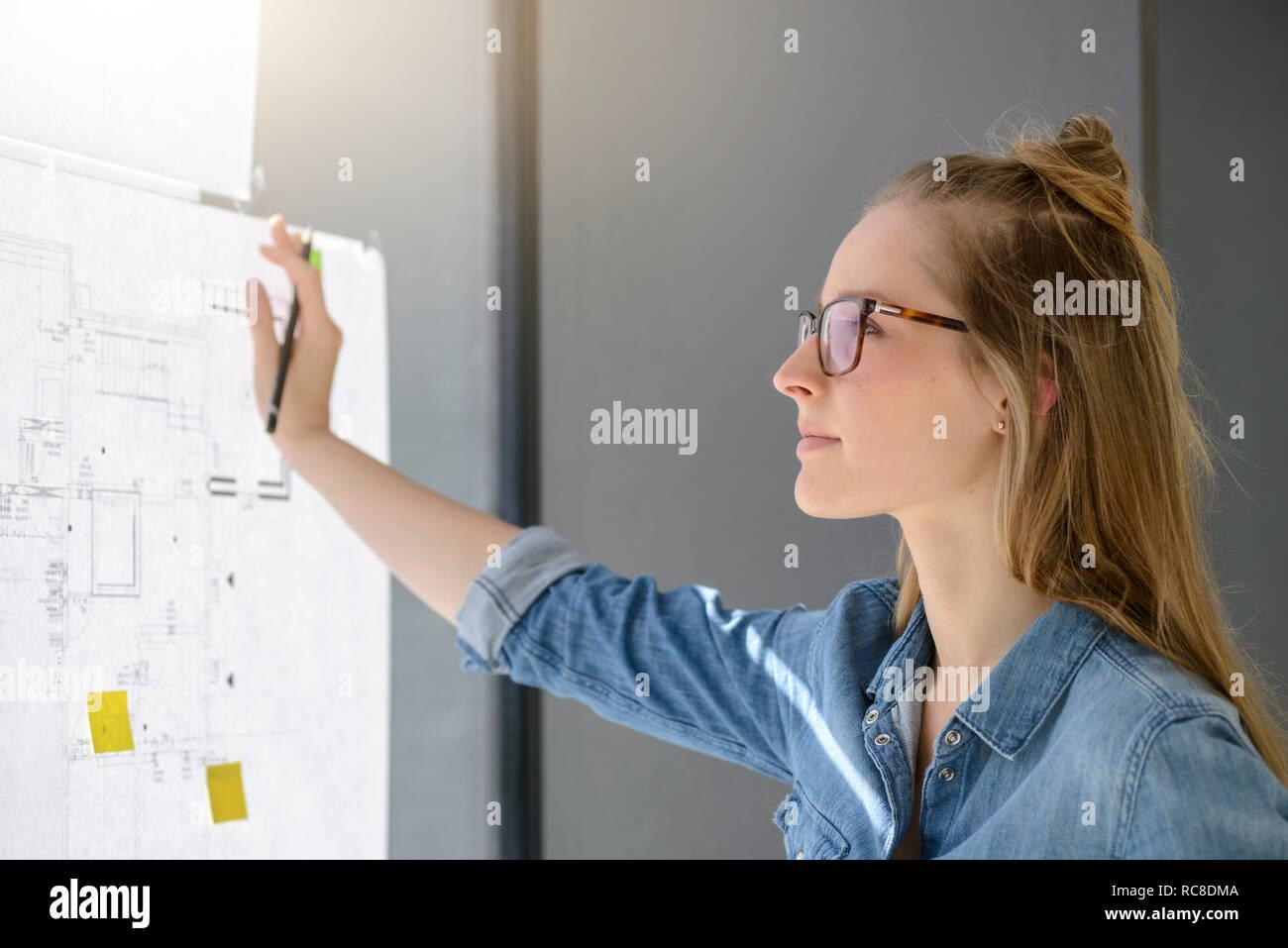 Femme qui envisage de plans Banque D'Images