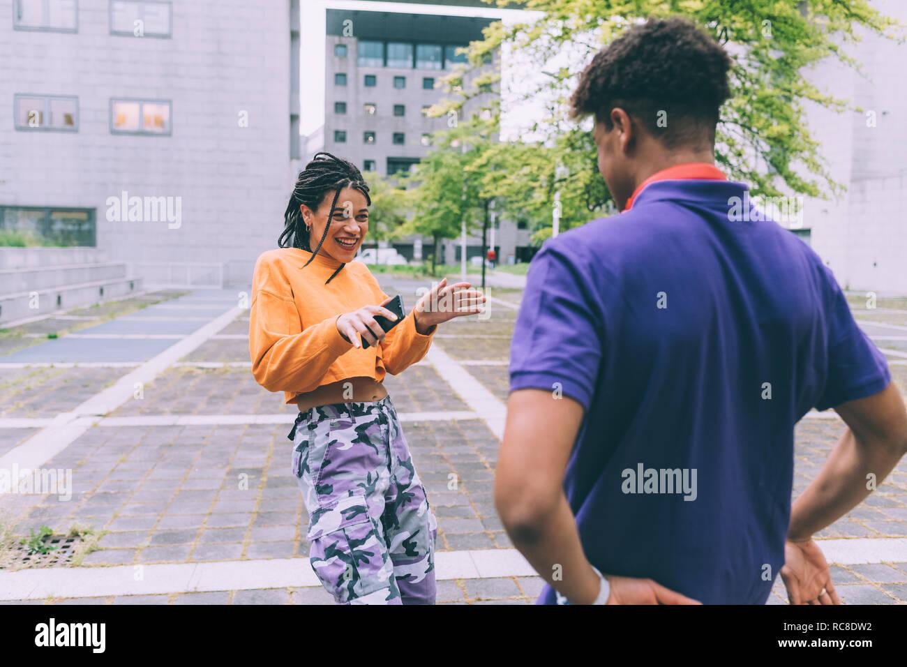 Frère et sœur danser et rire, Milan, Italie Banque D'Images